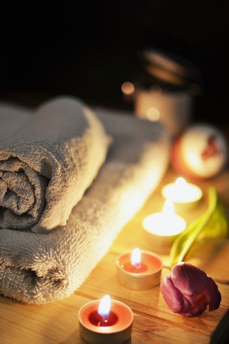 Kerzen und Wellness Handtücher