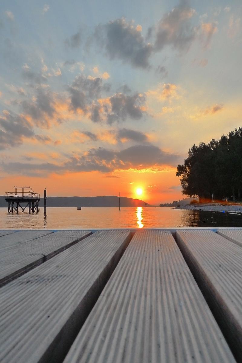 Sonnenuntergang am Bodensee von einem Steg aus