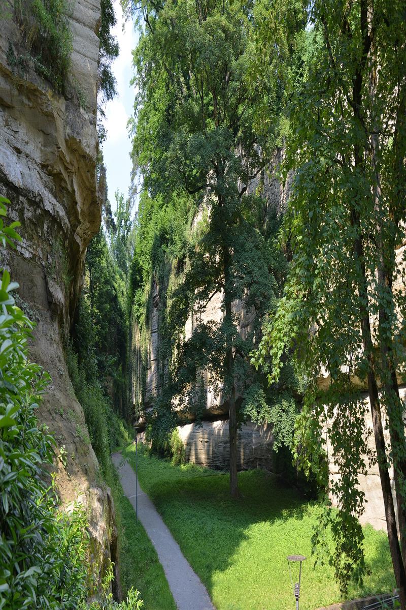 Grünbepflanzter Stadtgraben