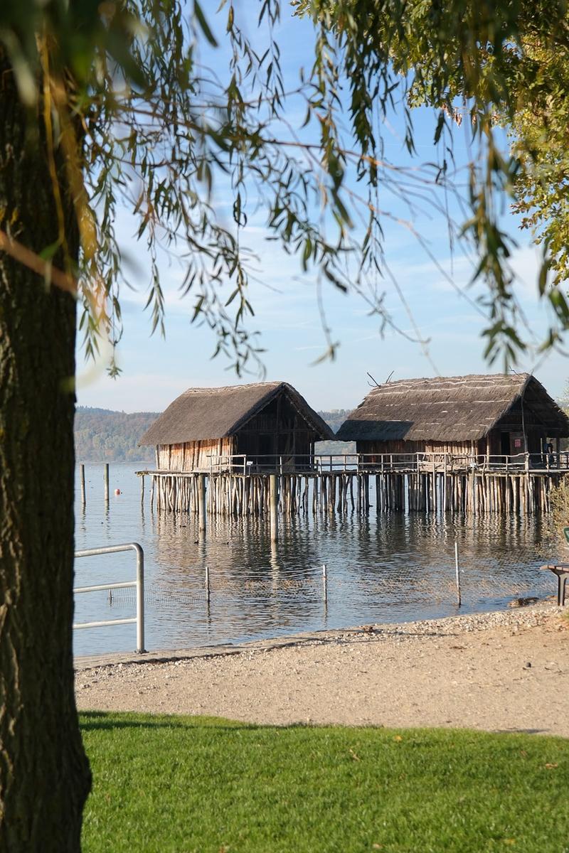 Alte Pfahlbauten auf einem See